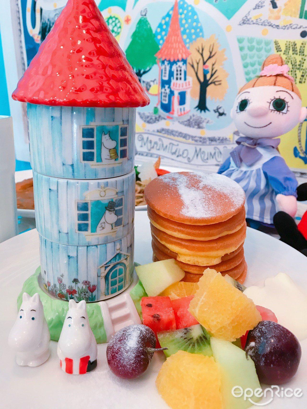 ▲Moomin House鬆餅(全日供應 $420),七層手作鬆餅與嚕嚕米小屋為...