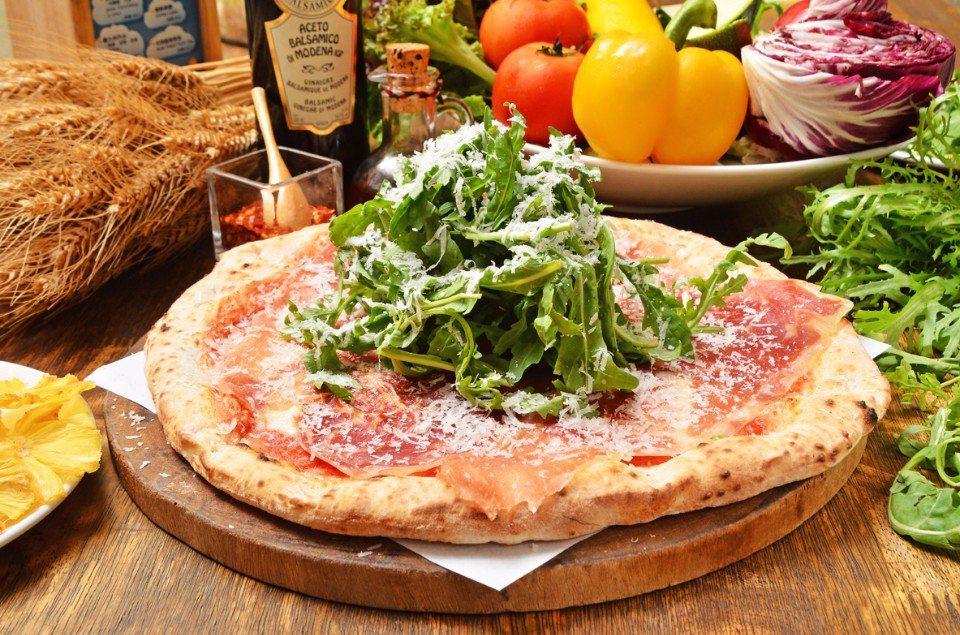 帕馬火腿芝麻葉披薩(拿坡里披薩) NT$550/芝麻葉是歐洲常入菜的蔬菜,搭配熟...