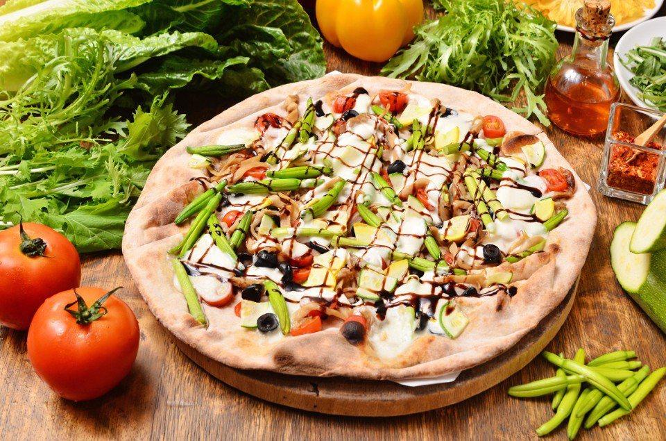 綜合鮮蔬白披薩(台灣小麥披薩)NT$450/選用台灣本土生產的喜悅小麥為原料,搭...