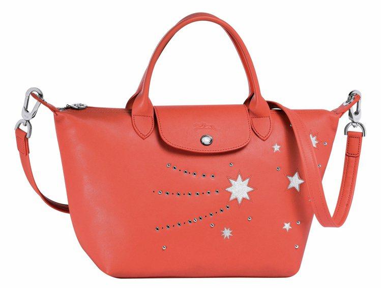 Le Pliage Cuir Etoiles珊瑚紅色,售價22,300元。圖/L...