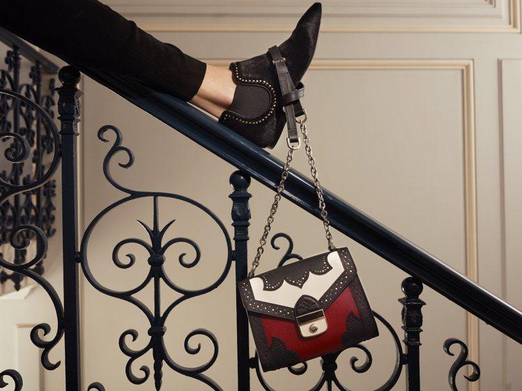 靈感來自窗櫺的Effrontee紅色包款,售價22,300元。圖/LONGCHA...