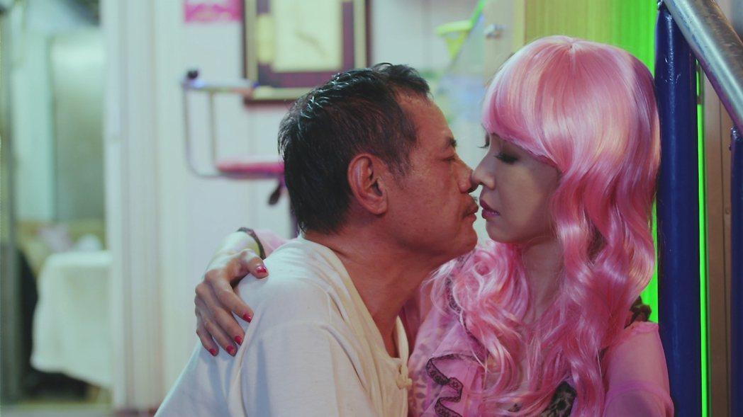 蔡振南(左)與謝盈萱檳榔攤前的親密戲獲得高收視。圖/好風光提供