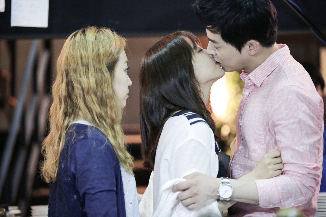 曹政奭(右起)與朴寶英有許多吻戲。圖/TVBS提供