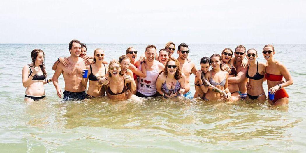 泰勒絲去年美國國慶日與親友團和湯姆希德斯頓(中穿T恤)一起戲水,照片轟動全球。圖