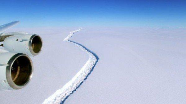 南極「拉森C冰架」的裂谷。 (取自網路)