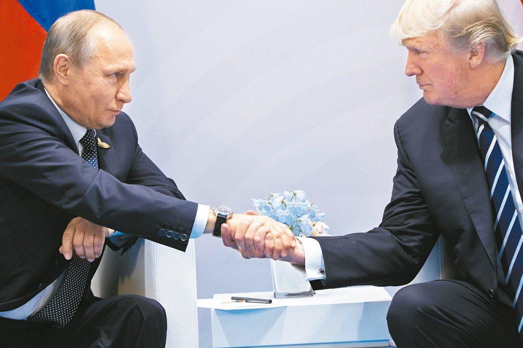 川普(右)與普亭在漢堡的G20高峰會會晤,兩人握手拍背很親熱。 (美聯社)