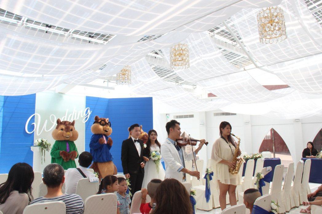 現場還請來三隻可愛的花栗鼠充當伴郎,並帶來祝福的溫馨表演,讓現場觀眾感受到熱鬧歡...
