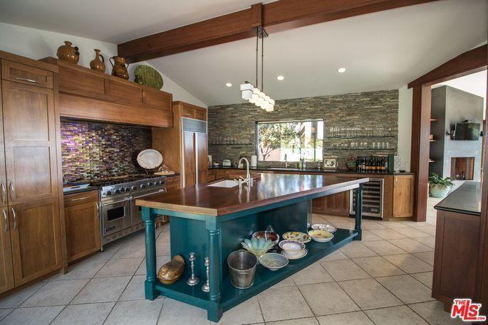 房內的廚房則延續著客廳開敞的風格,裡面有一座梯形的中島,映對著客廳的形狀。(Re...
