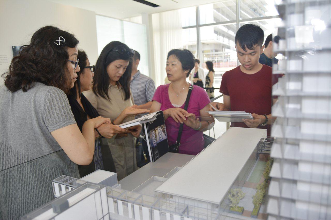 買房是華人所需,高檔房買家現在已轉向中低價位房屋下手。(本報檔案照)