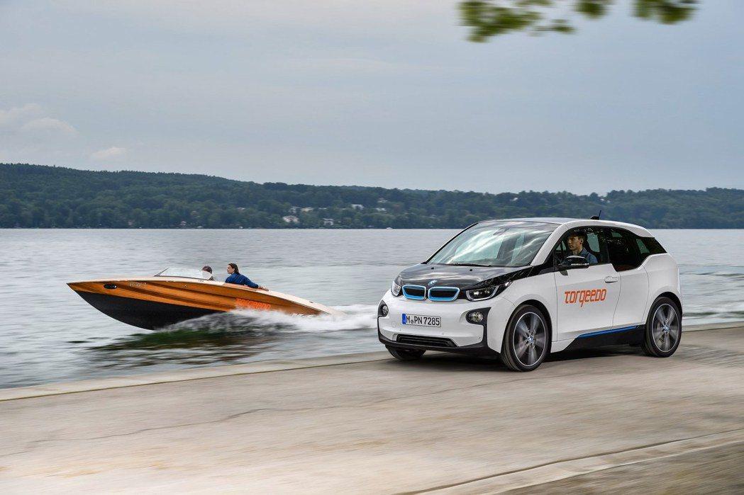 BMW 與同為老鄉、且是純電動/Hybrid 船隻製造專家Torqeedo 進行合作,將以 BMW i3 的鋰離子電池作為 Torqeedo Deep Blue 電能驅動系統的一部份。 摘自 Torqeedo