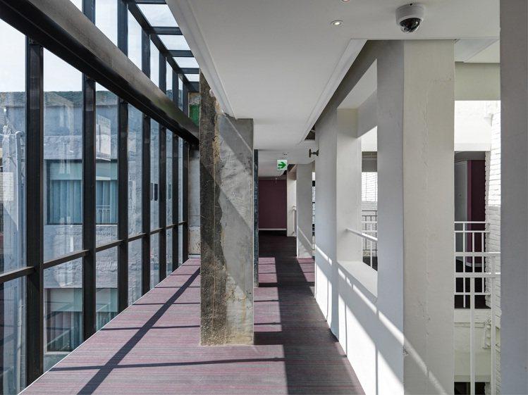 將原本的陽台加上落地窗,與新開的天井,形成三度空間。圖/富藝旅提供