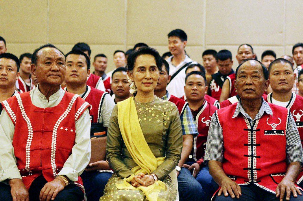 與中國關係密切的佤聯軍(圖身穿紅衣者),在政府與民族軍間居中協調,有時帶領談判,...