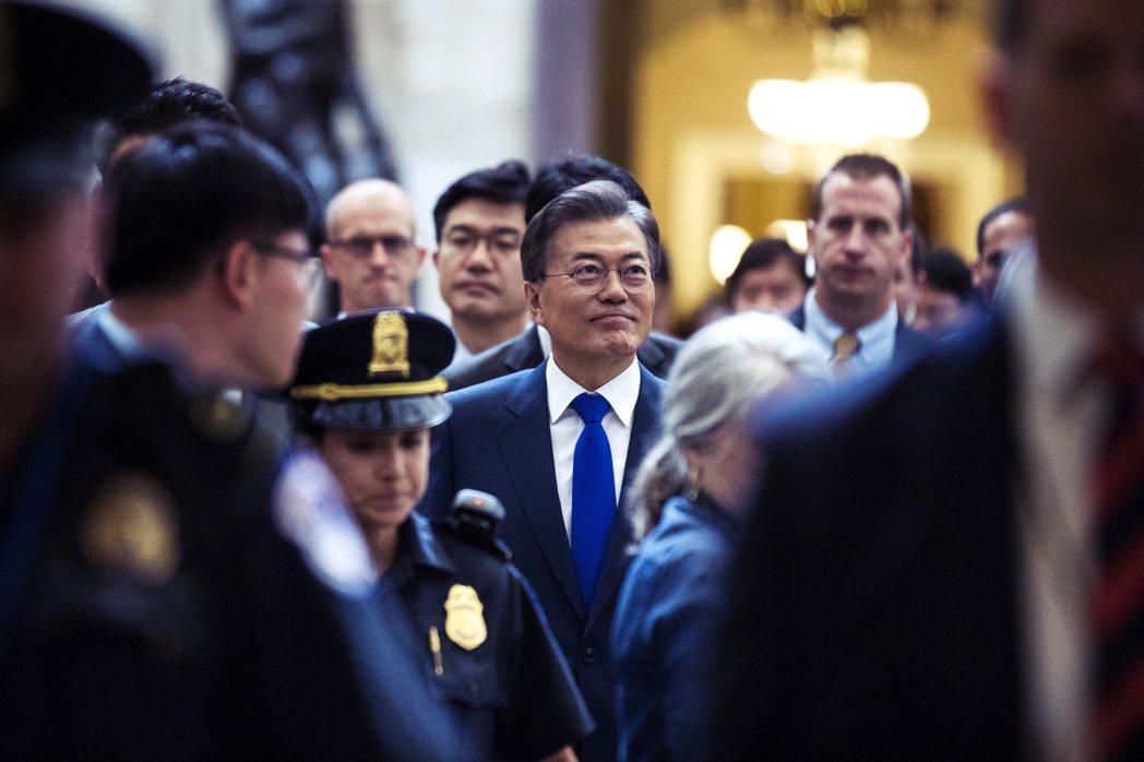 文在寅(中)當選韓國總統後,聲勢如日中天。 圖/歐新社