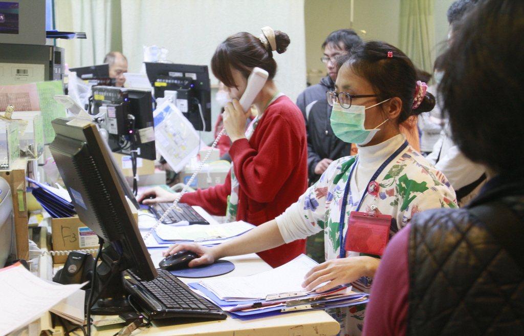 從人力的付出來看,一間中型區域醫院急診室,大約需要配置10位以上的急診專科醫師與...