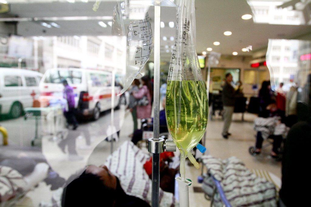 由於急診服務經營虧損,長庚醫院決策單位為了減少損失,大幅降低各分院的急診人力和資...