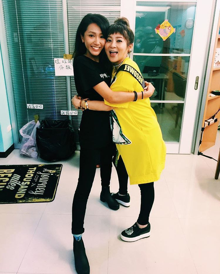 王彩樺(右)和林意箴在《花甲男孩轉大人》飾演母女。圖/擷自facebook