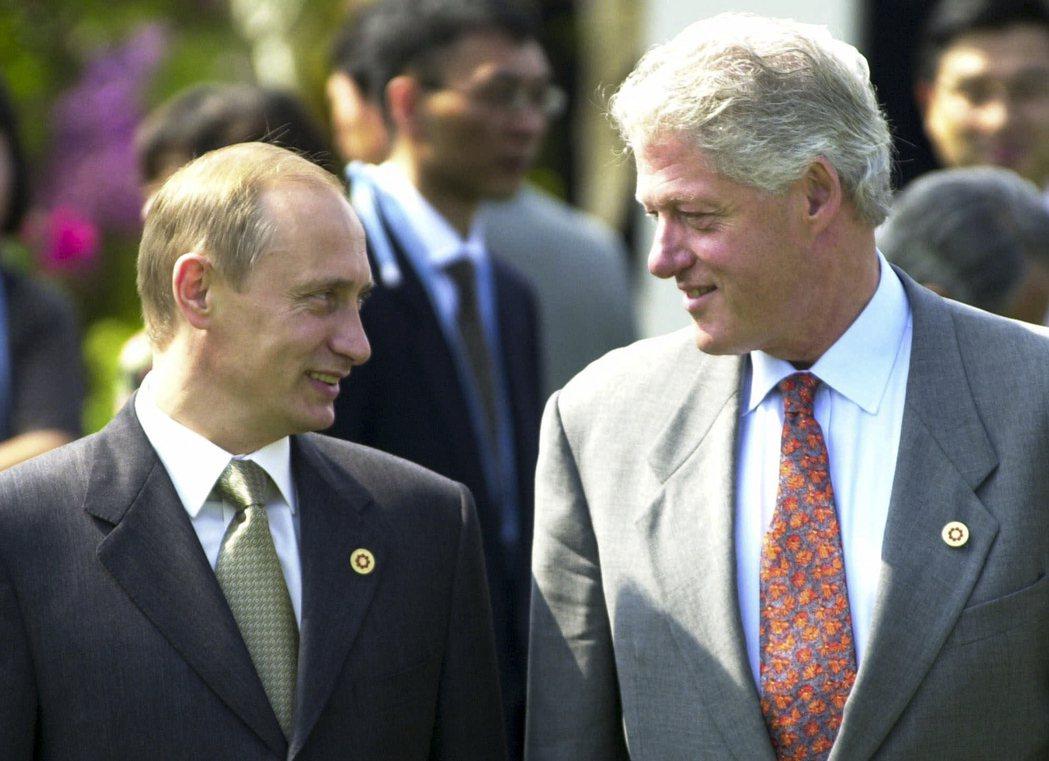 2000年7月21日,當時的美國總統的柯林頓(右)與俄國總統普亭輕鬆交談。 (美...