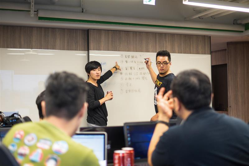 g0v社群的興起,透過公民主動參與,讓政府資訊透明,深化台灣民主。圖為黑客松對政...