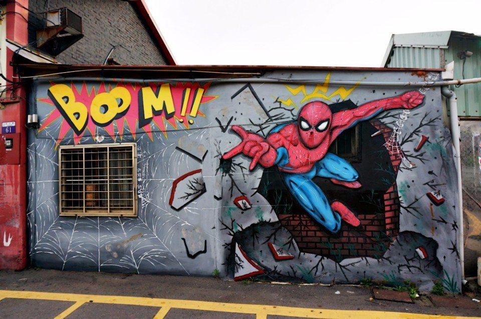 蜘蛛人彩繪牆栩栩如生。(記者林郁姍/攝)