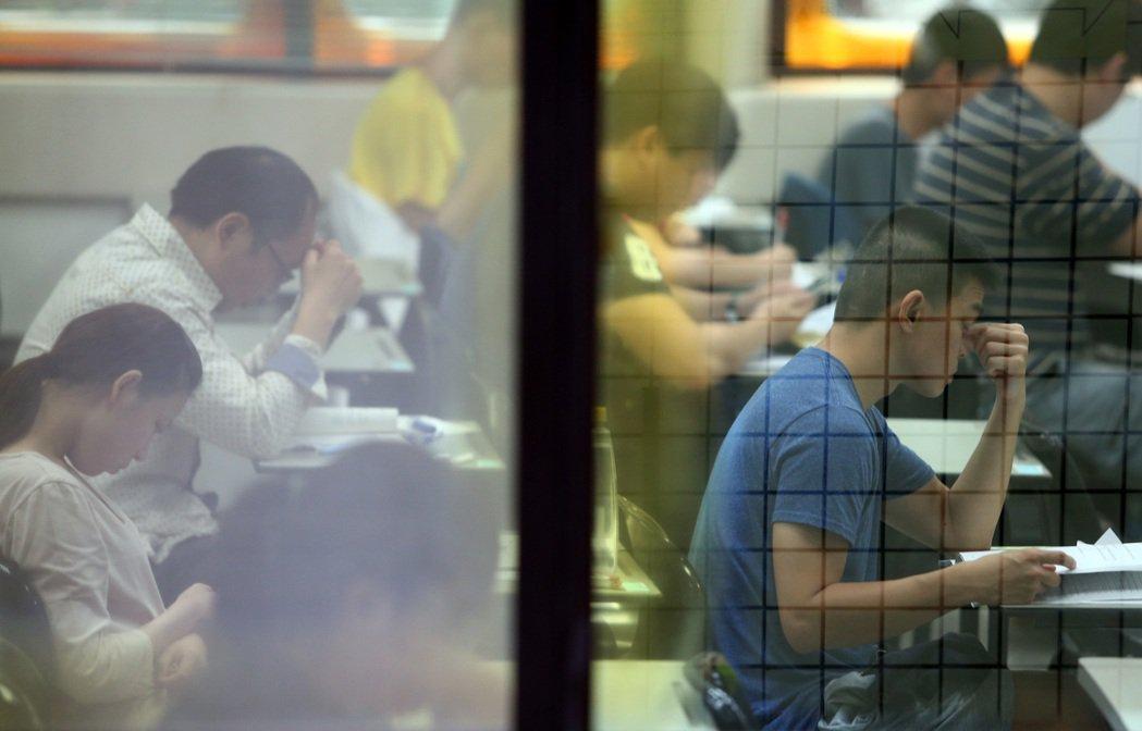 高普考上午登場,雖然今年缺額達4千人,創三年新高,但報考人數卻是創下近八年新低,...
