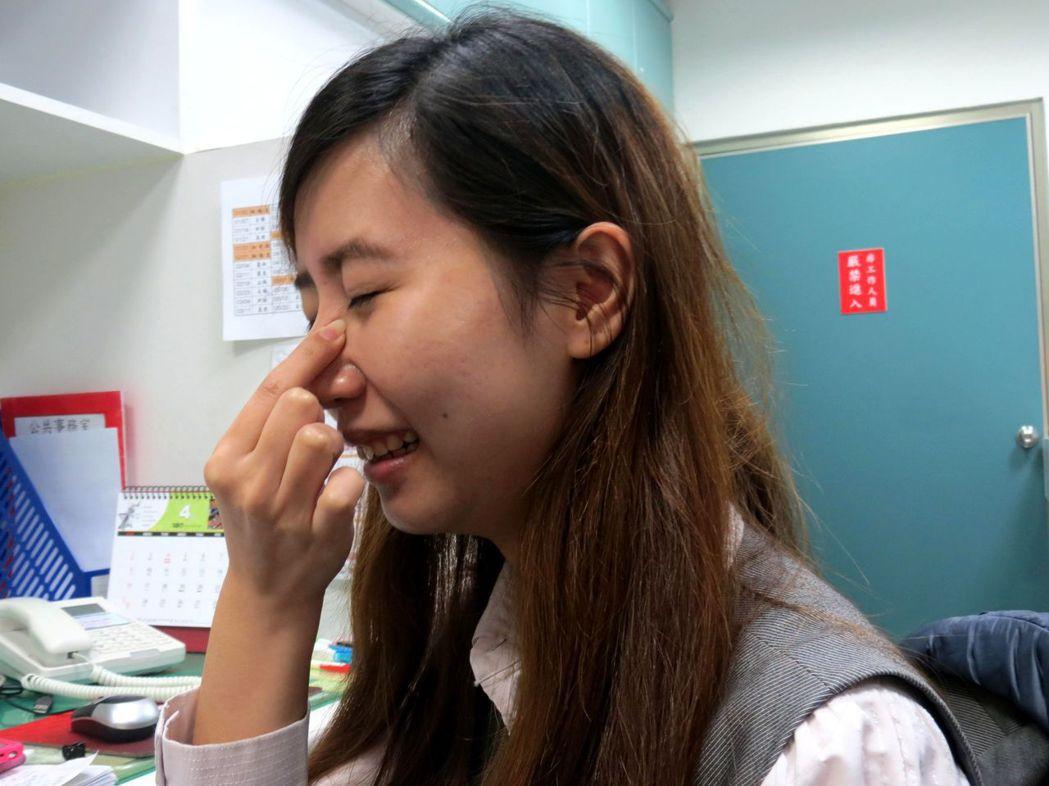 許多民眾以為捏鼻可讓鼻子更挺,年輕女生也趨之若鶩。記者周宗禎/攝影