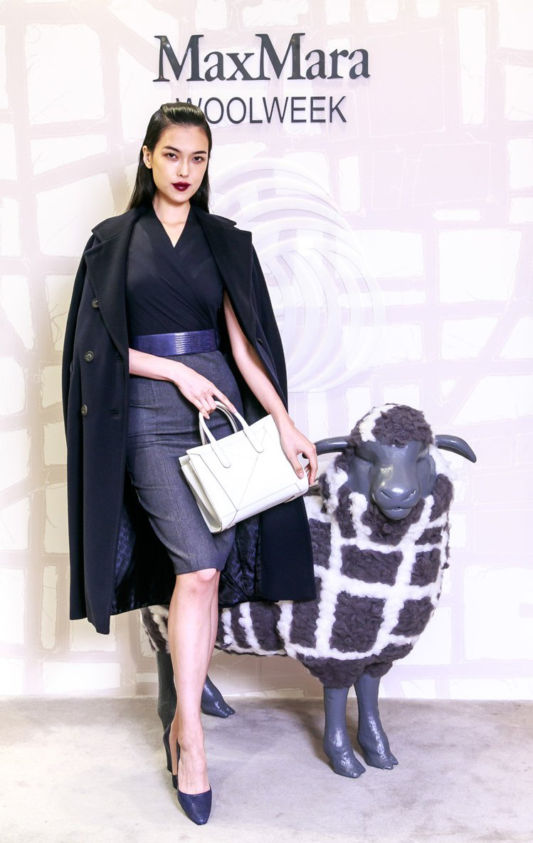 王思偉以大衣、寬版腰帶、粗跟鞋,搭配Wool Denim系列交褶洋裝27,100...
