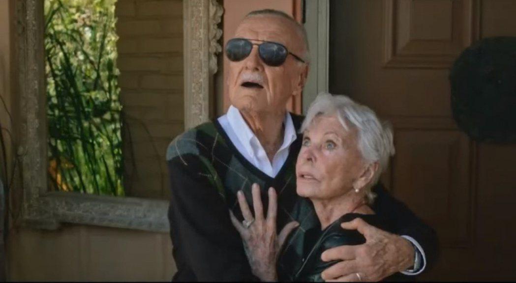 史丹李和瓊恩曾一起在「X戰警:天啟」客串露臉。圖/翻攝自YouTube