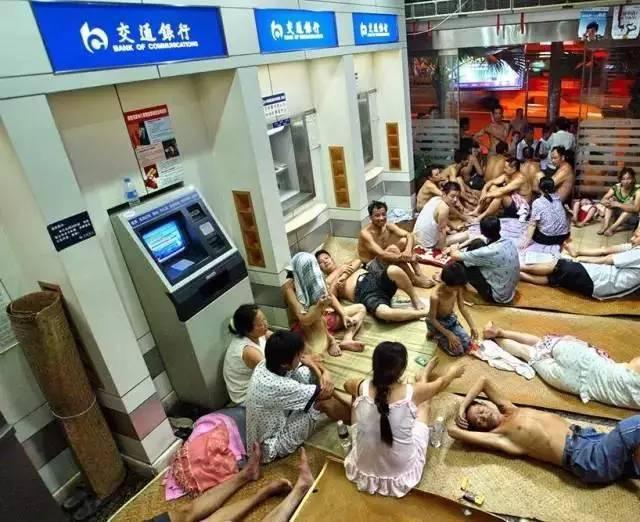 夏天天氣熱,大陸有人在銀行ATM旁「蹭涼」睡覺。 圖/取自網路