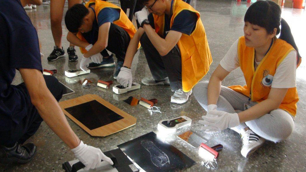 警方透過「線性光源」、「靜電足跡採取器」等儀器搜尋採集刑案現場鞋印,往往是重要關...
