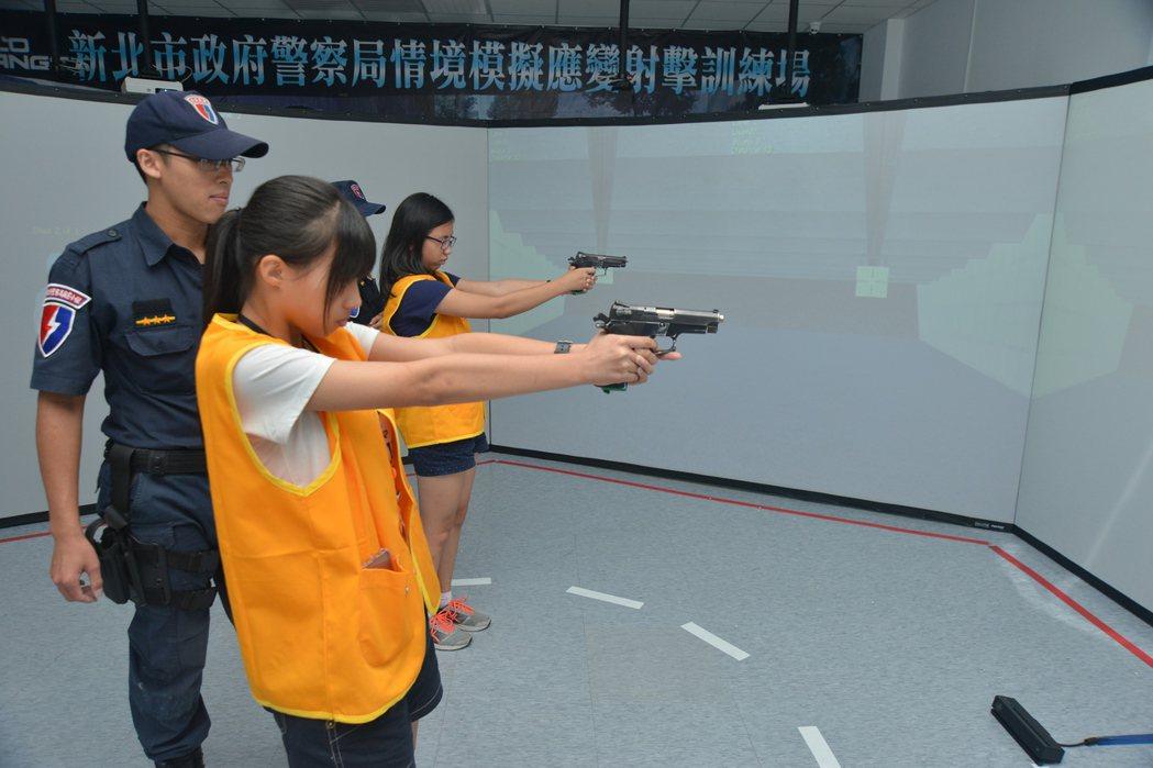新北市警局情境模擬射擊場在2016年8月正式啟用,今年首次開放學生體驗,體會警察...