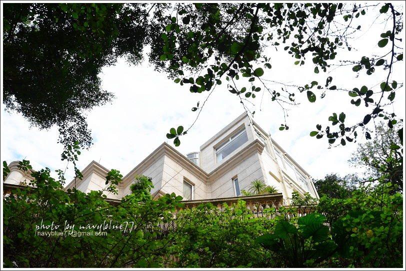 ↑由步道向左上看,有時可見高級的別墅住宅。