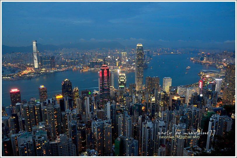 天氣越來越暗,林立的大樓的燈光陸續亮起,夜景也就越來越美。