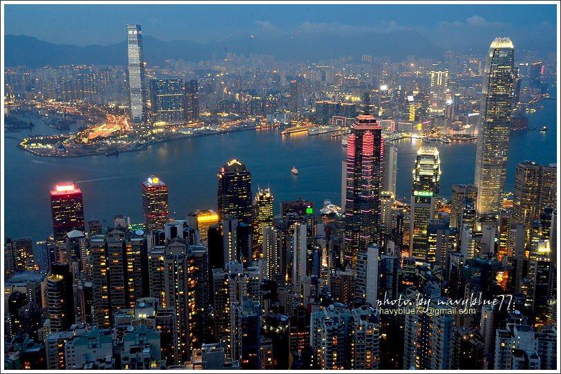 ↑香港島的國金商場大樓(最右高棟),與九龍的環球商場大樓(最左高棟),兩相呼應媲...