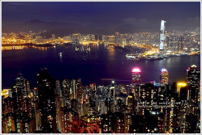 香港的夜景除了美在港灣造成的地形,還美在各棟指標大樓都很盡責的亮出彩燈,為夜景增...