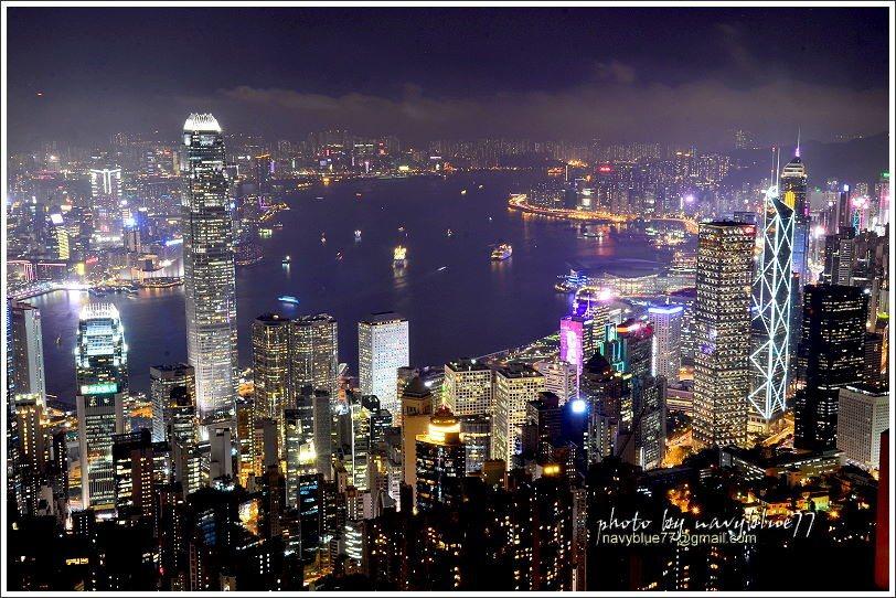 都市給人擁擠窒息感,但在山頂欣賞香港的夜景卻讓人沉迷而不知自拔。