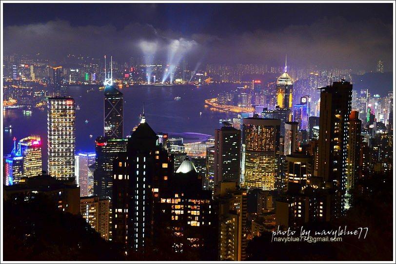 ↑拍完盧吉道觀景台夜景,也去盧吉道口洗手間前階梯拍一下,剛好拍到香港文化中心旁觀...