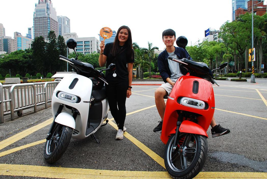 杜小姐與朋友一起購買Gogoro 2。記者林昱丞/攝影