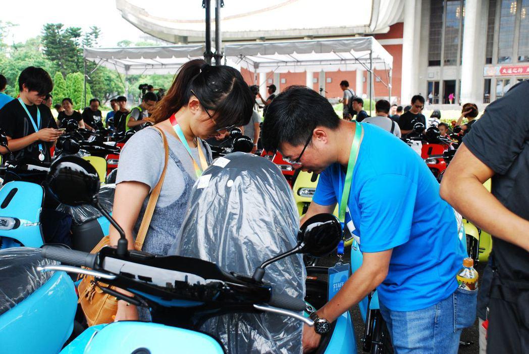 Gogoro工作人員忙著交新車給車主。記者林昱丞/攝影