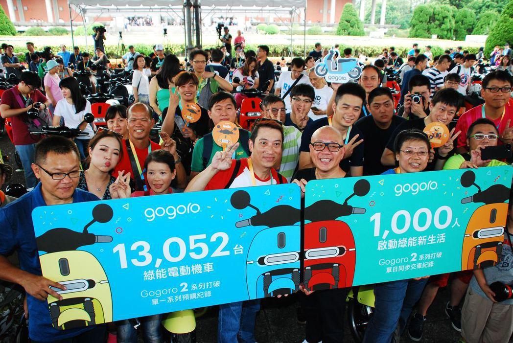 Gogoro 2 千人交車活動現場,Gogoro執行長陸學森與車主們合照。記者林昱丞/攝影