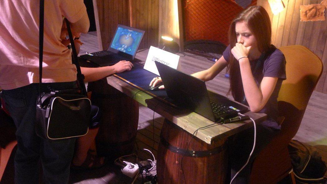 實況主Alliestraza在互動區與玩家對戰同樂。