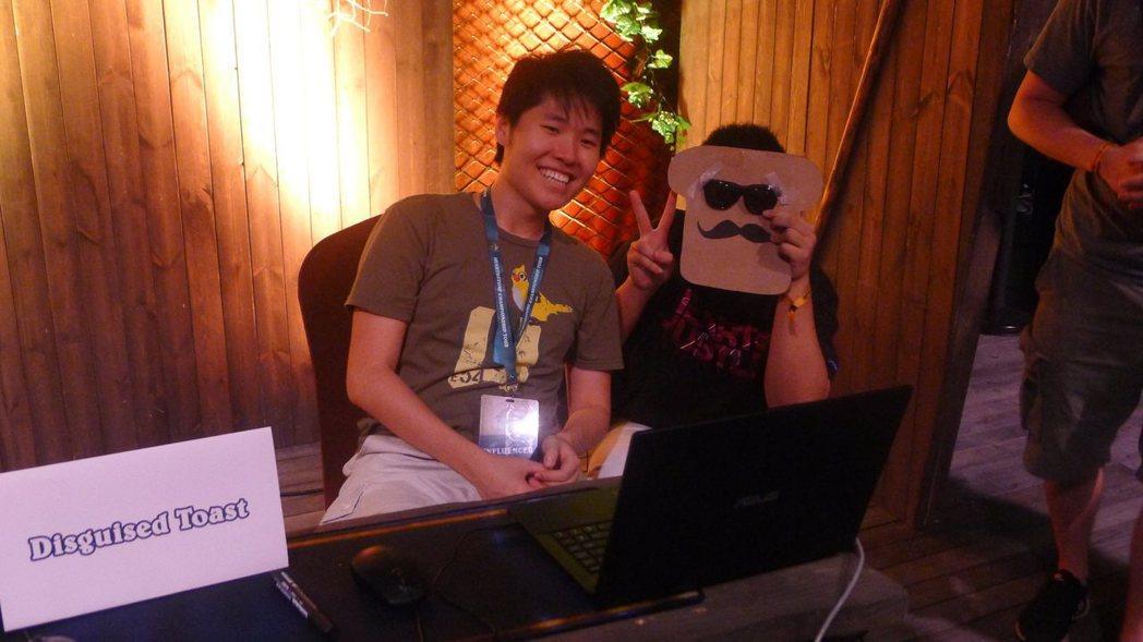 實況主DisguisedToast在現場與粉絲合照。