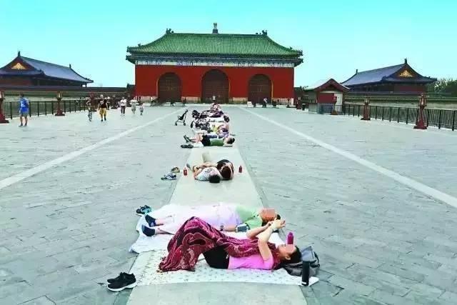 在北京天壇的丹陛橋上,因盛傳漢白玉具有理療功能,效果如同針灸,北京市民將四肢貼於...