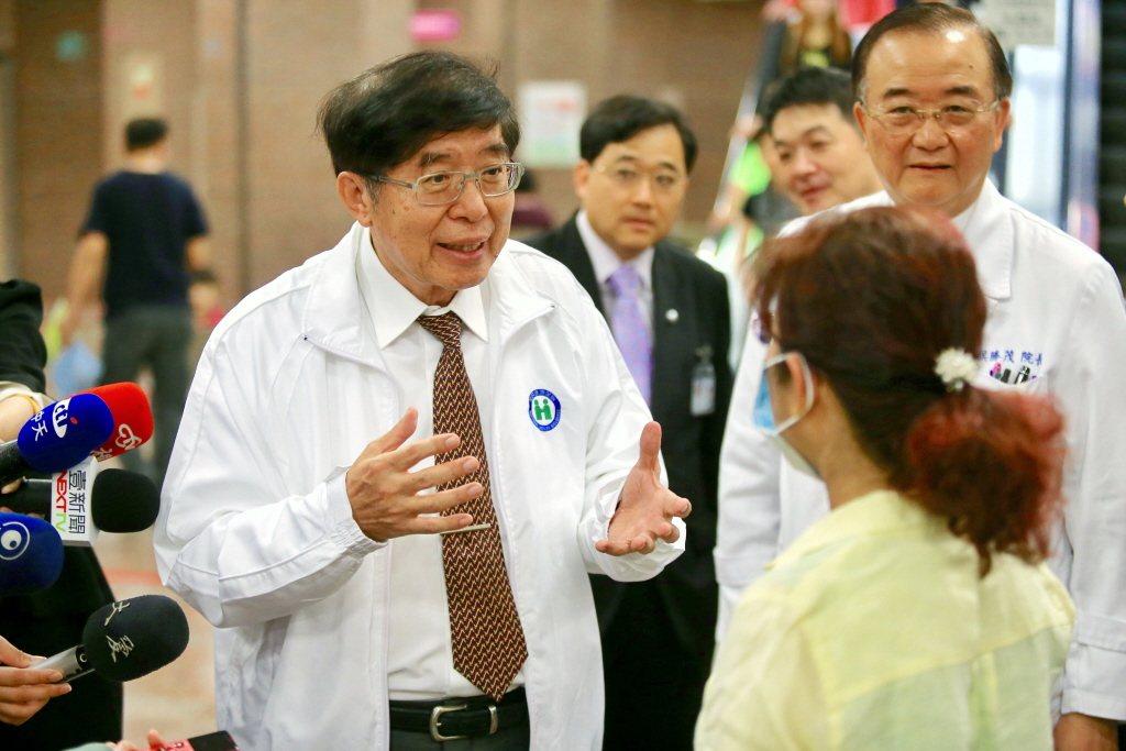健保署長李伯璋前天搭乘日航,從日本成田機場飛往波士頓,飛行過程中為一位腸阻塞術後...