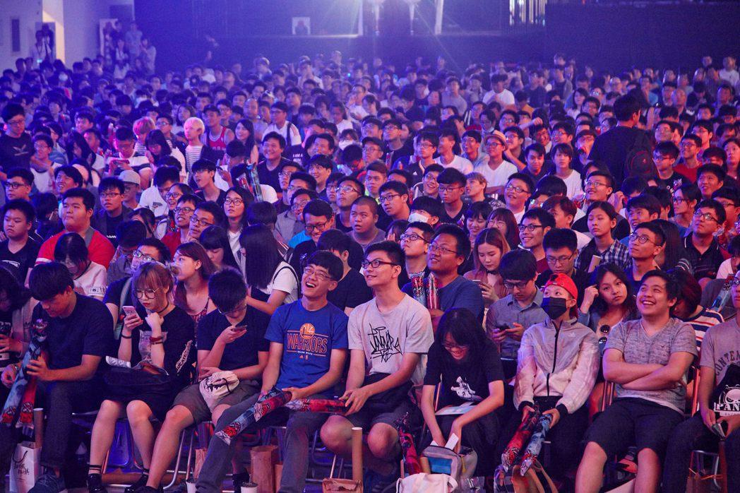 現場幾近爆滿的觀眾為自己的心儀的隊伍加油。