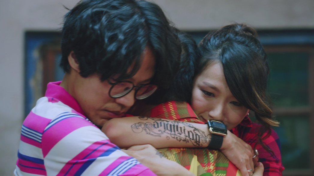 盧廣仲(左起)、蔡振南、林意箴父子女3人相擁而泣。圖/好風光提供