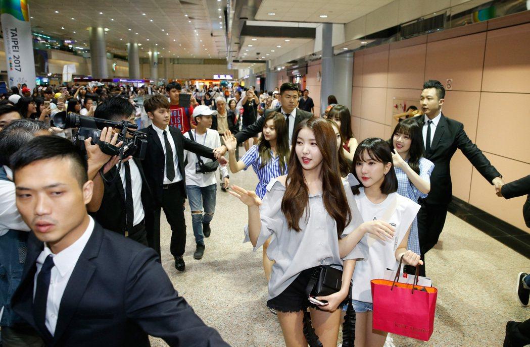 韓國女團「GFRIEND」中午抵台,六人一下飛機就親切向台灣粉絲問好,入境大廳有...