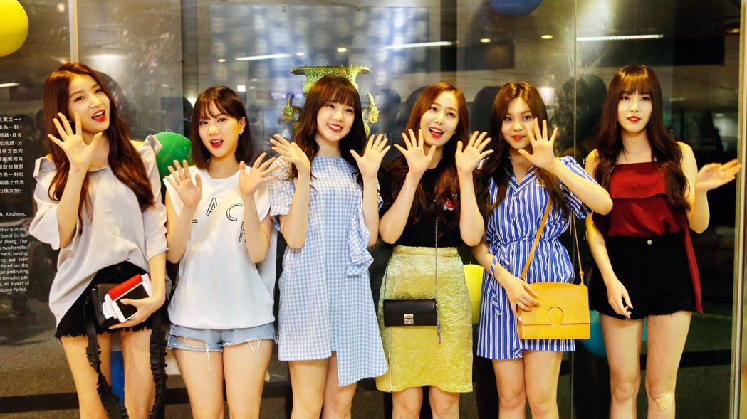 韓國女團「GFRIEND」中午抵台,六人一下飛機就親切向台灣粉絲問好。記者鄭超文...