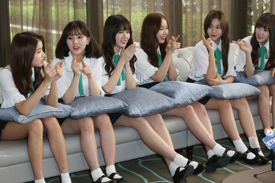 韓國女團「Gfriend」六名成員中午搭機抵達桃園機場,下午趕忙換上制服在台北舉