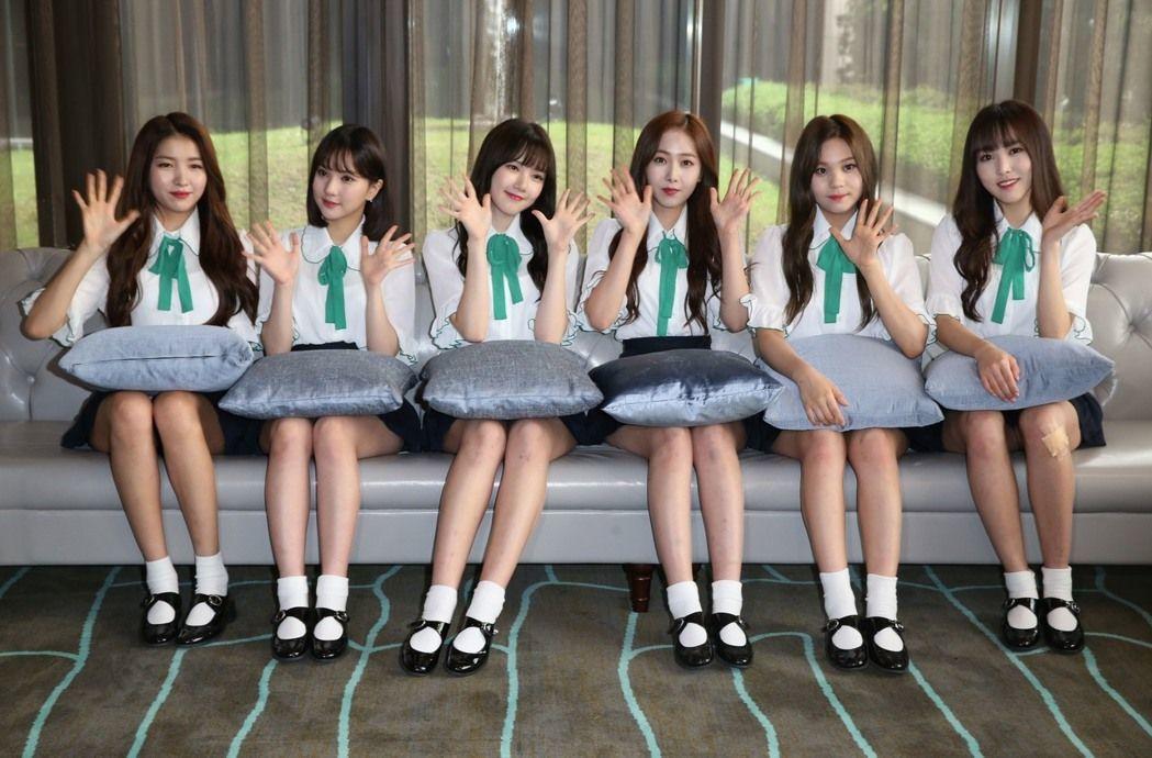 韓國女團「Gfriend」六名成員中午搭機抵達桃園機場,下午趕忙換上制服在台北舉...