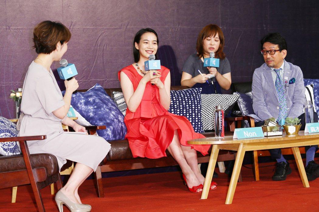 「謝謝你,在世界的角落找到我」傍晚在台北中山堂舉行首映會,Non下午也與製片真木...